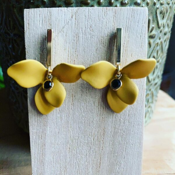Emeka – Handgemaakte bloemen oorsteker.